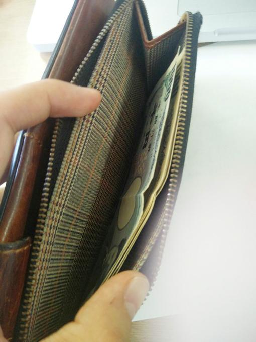 大きいチャックの付いたポケットをお札入れ
