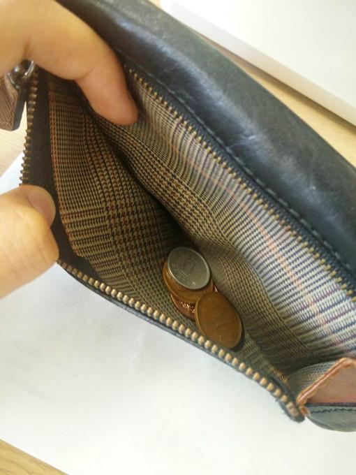 小さいチャックの付いたポケットを小銭入れ