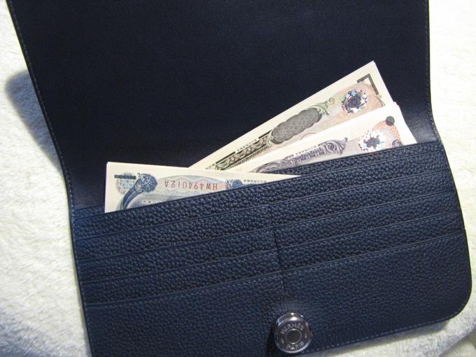 内側にマチなしの紙幣を入れるポケット