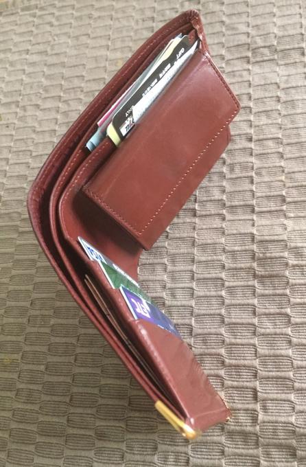 汗で湿気てしまい、カードがくっついてお財布から出てこない