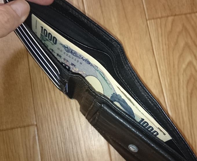 カードや小銭やお札を詰め込んでも何故か全く分厚くならない