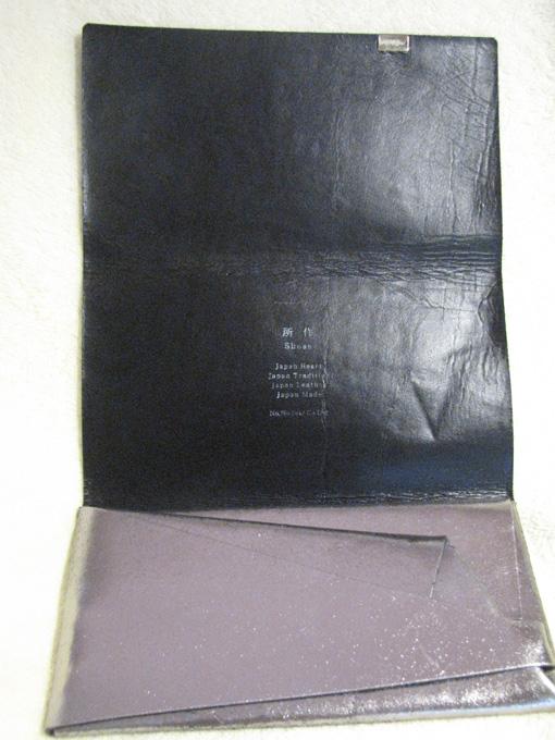 縫い目が一切なく、一つのボルトだけで留められている、非常にユニークなお財布
