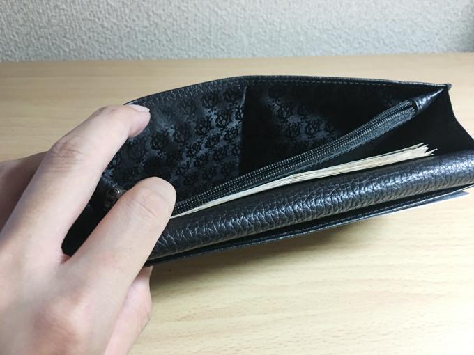 お札入れとともに小銭入れを挟む位置にもまたポケット