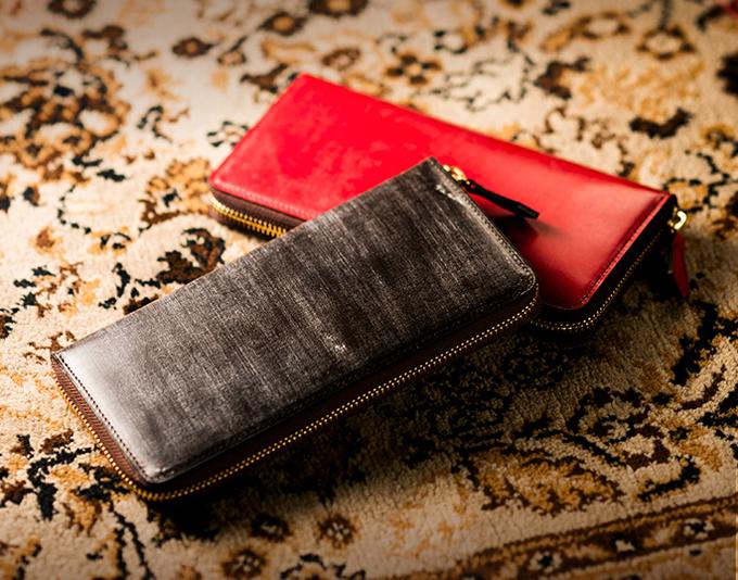 グラディアトゥールの黒っぽい財布と、真っ赤な財布