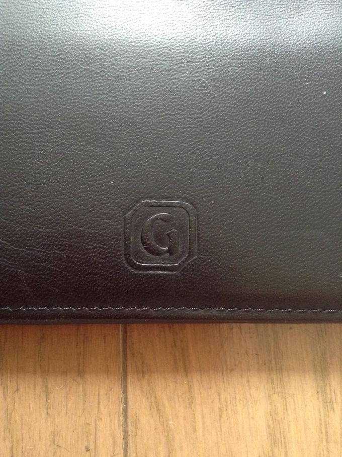 財布の表側のロゴ