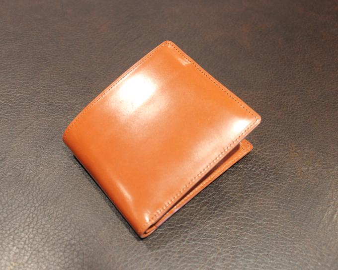 キャラメル色の二つ折り財布『ジョージブライドルバイアリーパース』