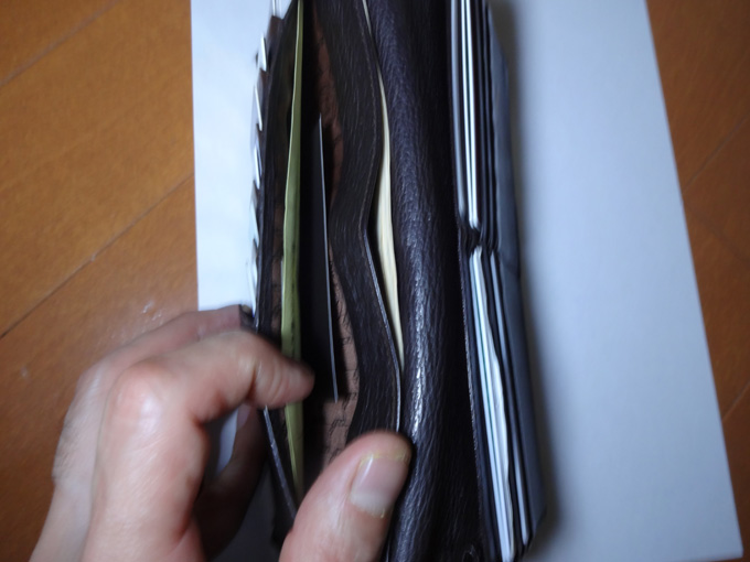 カードを入れる部分が7年もたつと少し緩んできた