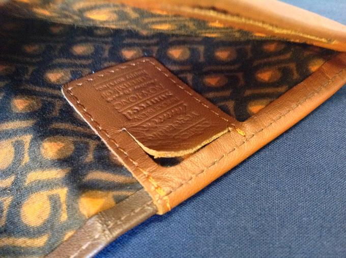 SIMカード用の隠しポケット