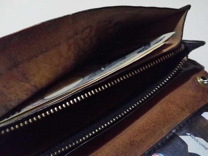 小銭入れは財布の幅ギリギリいっぱいまでの広さ