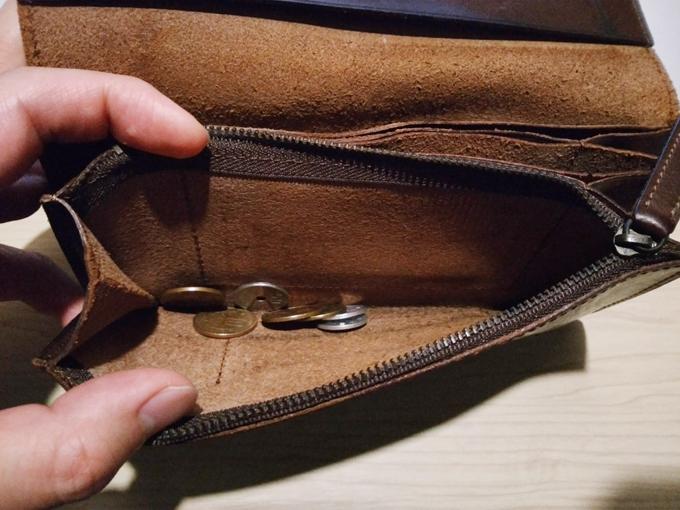 コインポケットは、チャックを開け切ると大きく開く